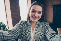 Fin vers le haut de bel étonnant de photo elle sa dame d'affaires faire prendre des selfies pour discuter pour communiquer le tél images libres de droits
