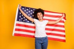 Fin vers le haut de bel étonnant de photo elle ses bras de mains foncés de dame de peau tiennent l'humeur de fête 4ème de drapeau photos stock