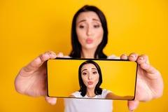 Fin vers le haut de bel étonnant de photo elle ses bras de téléphone de dame envoient le baiser d'air pour faire prendre des self photo libre de droits