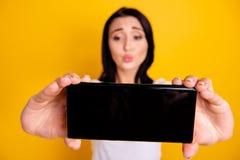 Fin vers le haut de bel étonnant de photo elle ses bras de téléphone de dame envoient le baiser d'air pour faire prendre des self images libres de droits