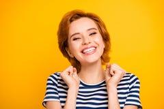 Fin vers le haut de bel étonnant de photo elle son occasionnel de port toothy augmenté main-bras des meilleures dents blanches  photographie stock