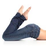 Fermez-vous vers le haut des belles jambes d'une femme avec des jeans et nu-pieds Photo libre de droits