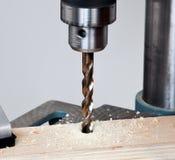 Fin vers le haut de bit de foret au-dessus de bois photographie stock libre de droits