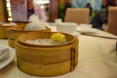 Fin vers le haut de boulette cuite à la vapeur chinoise ou de Shumai photo stock