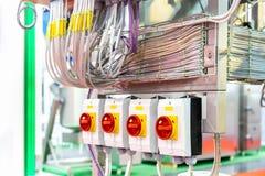 Fin vers le haut de briseur de commutateur et câblage à l'intérieur d'armoire de commande électrique pour industriel images libres de droits