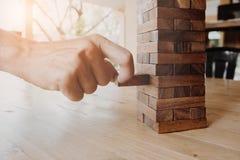 Fin vers le haut de concept du risque commercial avec des blocs de domino Images libres de droits
