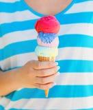Fermez-vous vers le haut du cornet de crème glacée chez la main de la femme Images libres de droits
