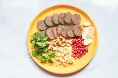 Fin vers le haut de cuisine thaïlandaise : Porc aigre thaïlandais avec le piment, le gingembre, l'ail, la coriandre et les anarca photos libres de droits