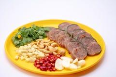 Fin vers le haut de cuisine tha?landaise : Porc aigre tha?landais avec le piment, le gingembre, l'ail, la coriandre et les anarca image stock