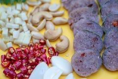 Fin vers le haut de cuisine tha?landaise : Porc aigre tha?landais avec le piment, le gingembre, l'ail, la coriandre et les anarca photo stock