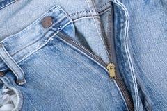 Fin VERS LE HAUT de fermeture éclair de jeans photos stock