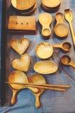 Fin vers le haut de fond en bois d'outils de cuisine au magasin image libre de droits