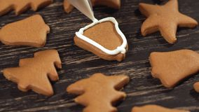 Fin vers le haut de garnir la cloche faite maison de pain d'épice Décoration des biscuits de Noël banque de vidéos