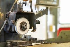 Fin vers le haut de la coupe ou meule pendant la rotation ou le travail avec le produit sur la surface de grande précision et aut photo stock