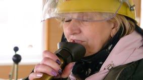Fin vers le haut de la femme parlant au haut-parleur sur la navigation sur le panneau tout en embarquant Femme adulte parlant au  clips vidéos