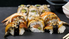 Fin vers le haut de la longueur de glissière de chariot des petits pains de sushi sains et délicieux clips vidéos