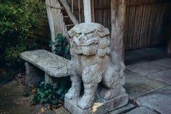 Fin vers le haut de lion impérial chinois, statue de pierre de lion de gardien, Chinois, sculpture en style japonais dans le jard photographie stock libre de droits