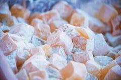 Fin vers le haut de lokum de plaisir turc avec du sucre en poudre photos stock