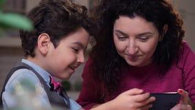 Fin vers le haut de maman heureuse et de fils observant la vidéo drôle banque de vidéos