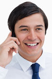 Fin vers le haut de marchand de sourire sur son portable Photos libres de droits