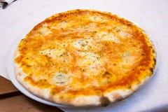 Fin vers le haut de margarita de pizza ou de quatre fromages images libres de droits