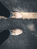 Fin vers le haut de promenade de chaussures sur le chemin Image libre de droits