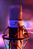 Fin vers le haut de recordin vivant de microphone et d'équipement de condensateur de studio Images libres de droits