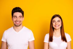 Fin vers le haut de stupéfier de la photo deux beau elle elle il il que sa position de couples se regardent côte à côte a dupé gé images libres de droits