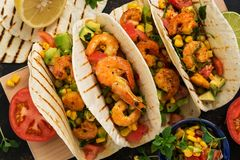 Fin vers le haut de tacos avec la crevette Casse-croûte traditionnel mexicain Vue de ci-avant image stock
