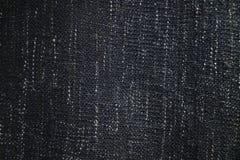 Fin vers le haut de texture de couverture ou de jet de tissu de bleu marine Taches verticales noires, grises et blanches photos libres de droits