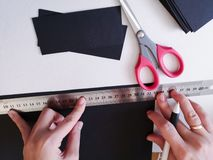 Fin vers le haut de tir - d?corateur de femme professionnelle, concepteur travaillant avec le papier d'emballage et faisant l'env photos libres de droits