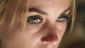 Fin vers le haut de visage, de peau, de yeux, de cils et d'eyesbrows femelles Beauté et renivellement normaux Portrait regardant  banque de vidéos