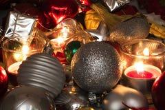Fin vers le haut des bougies de vue et de concept de décoration de Noël photographie stock libre de droits
