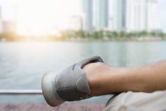 Fin vers le haut des chaussures courues avec des jambes d'athlète se reposant après exercice photo stock