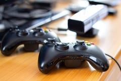 Fin vers le haut des contrôleurs noirs de jeu sur la table en bois, gamepad pour le jeu vidéo à la maison image stock