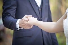 Fin vers le haut des couples tenant des mains photo libre de droits