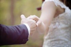 Fin vers le haut des couples tenant des mains photographie stock