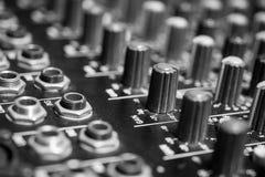 Fin vers le haut des entrées de mélange audio professionnelles de console photo libre de droits