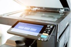 Fin vers le haut des feuilles de papier sur l'imprimante dans la chambre de bureau image stock