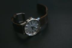 Fin vers le haut des montres classiques de vintage avec le cuir de brun foncé Image libre de droits