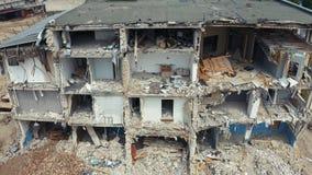 Fin vers le haut des tirs de bourdon après le tremblement de terre Mouche au-dessus de maison ruinée après démolition de construc banque de vidéos