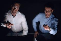 Fin vers le haut deux collègues s'asseyant à leur bureau et se dirigeant à vous Images libres de droits