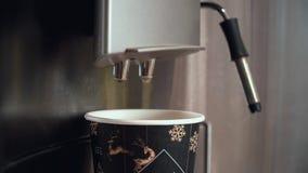 Fin vers le haut Du café est versé dans une tasse jetable de carton banque de vidéos