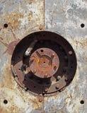 fin vers le haut du plein d?tail de cadre de vieilles machines de rouillement avec le trou circulaire dans des plaques d'acier av photographie stock libre de droits