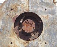 fin vers le haut du plein d?tail de cadre de vieilles machines de rouillement avec le trou circulaire dans des plaques d'acier av photos stock