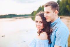Fin vers le haut du portrait romantique de beauté des couples heureux dans des étreintes d'amour et l'amusement de avoir, couleur Photos stock