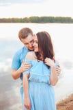 Fin vers le haut du portrait romantique de beauté des couples heureux dans des étreintes d'amour et l'amusement de avoir, couleur Photographie stock