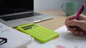 Fin vers le haut du stylo de participation de main de comptable d'homme d'affaires comptant sur la calculatrice Homme d'affaires  clips vidéos