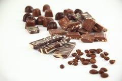 Fin vers le haut ensemble de barres de chocolat et de grains de café D'isolement sur le blanc Photo avec l'espace de copie Images stock