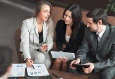 Fin vers le haut femme d'affaires et équipe d'affaires discutant le rapport financier images stock